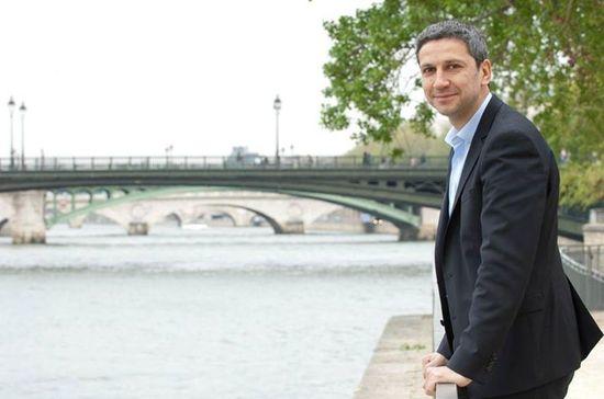 Christophe Najdovski au bord de l'autoroute fluviale de Paris