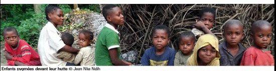 Bandeau - enfants-pygmees-devant-leur-hutte
